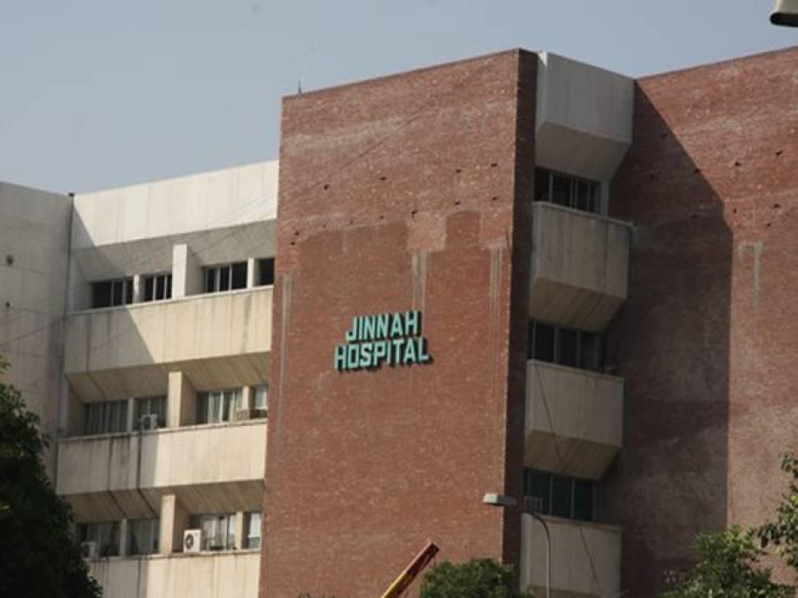 جناح ہسپتال میں ینگ ڈاکٹرز نے تنخواہوں کی عدم ادائیگی کیخلاف او پی ڈی میں کام بند کر دیا