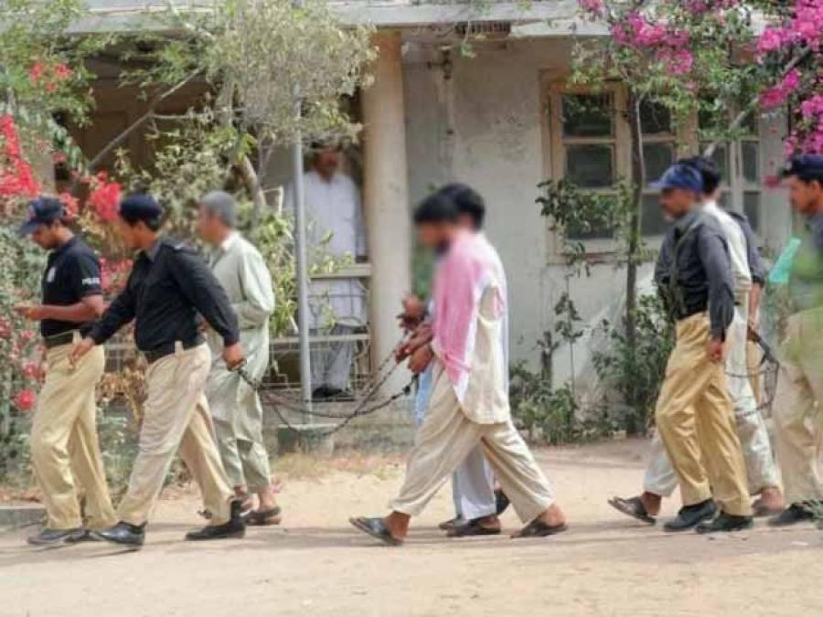سنگین جرائم میں ملوث 2 دہشت گرد کمرہ عدالت سے فرار