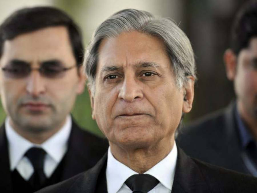 نواز شریف پاکستان میں ہوتے ہوئے پارلیمنٹ میں نہیں آتے: اعتزاز احسن