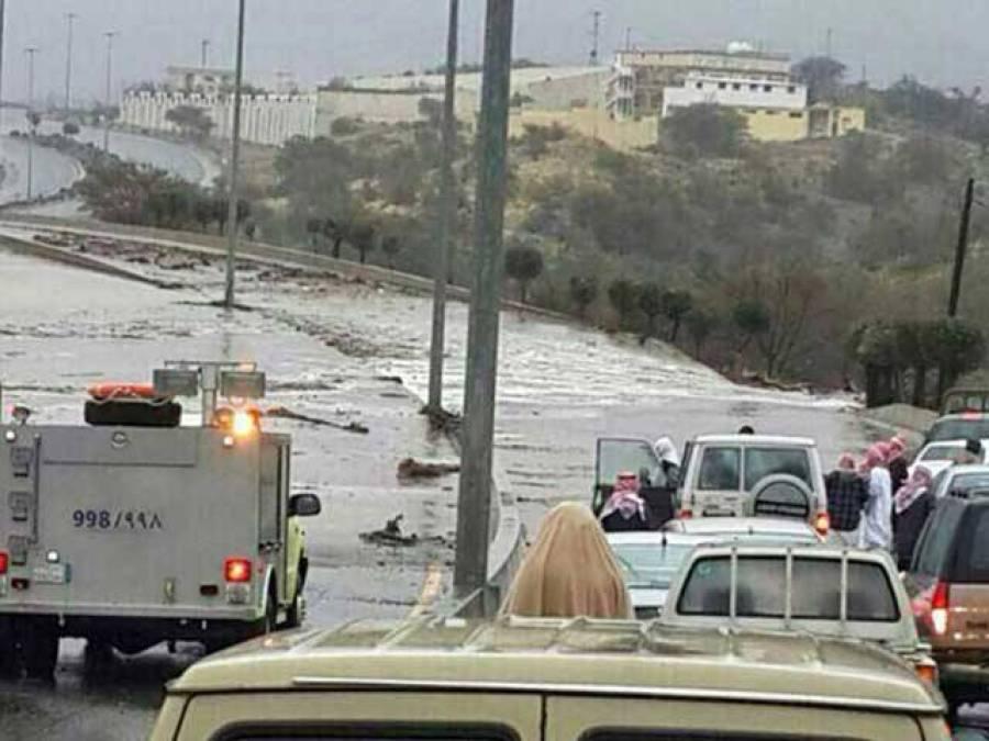 سعودی عرب میں موسلادھار بارش کے بعد نظام زندگی مفلوج، تعلیمی ادارے بند، تین افراد جاں بحق