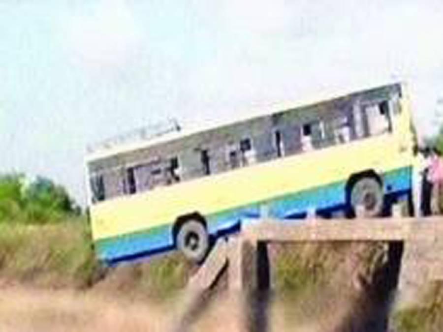 بھارتی ریاست گجرات میں پل تباہ، مسافر بس معجزاتی طور پر حادثے سے بچ گئی