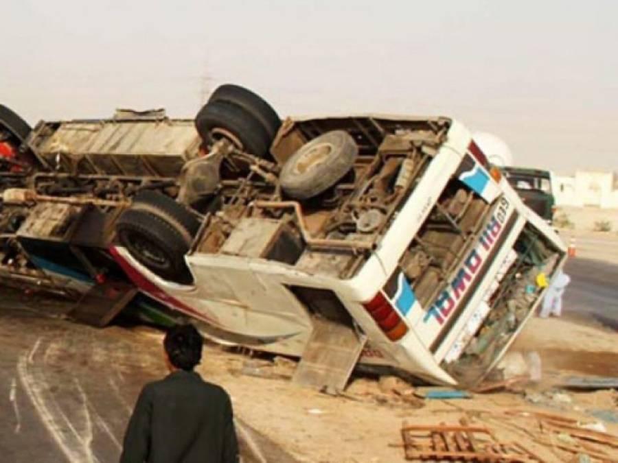 حیدر آباد انڈس ہائی وے پر مسافر وکوچ الٹ گئی ، 8افراد جاں بحق ، 25سے زائد زخمی
