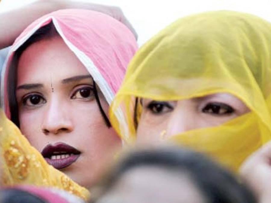 بھارت میں خواجہ سراﺅں کو ساڑھی کی تشہیر کیلئے ماڈل بنا لیا گیا