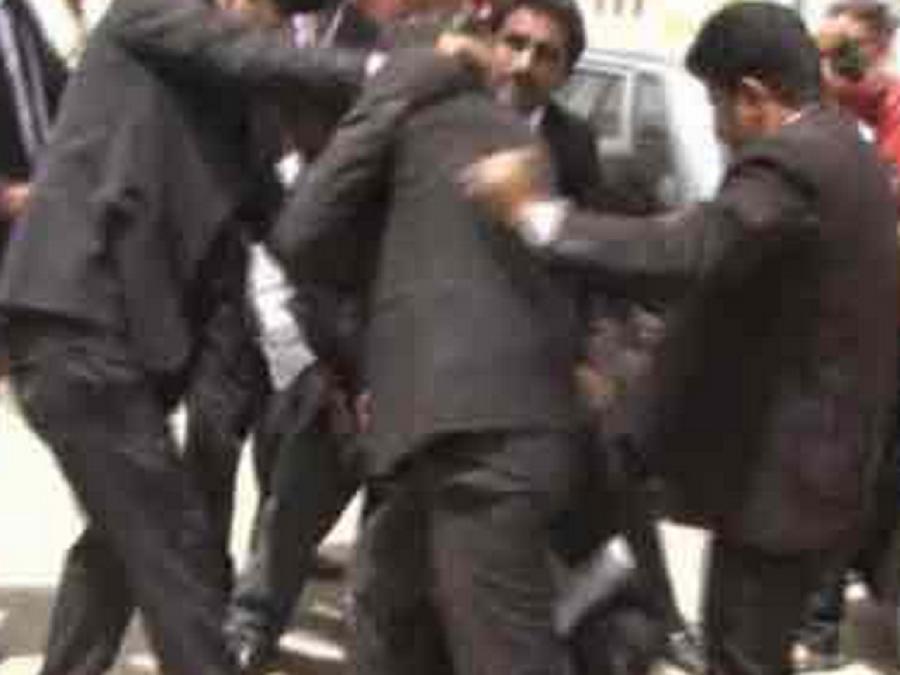 فیصل آباد میں وکلاءگردی کا ایک اور واقعہ، پٹواری پر تشدد کر کے لہو لہان کر دیا ، پولیس خاموش