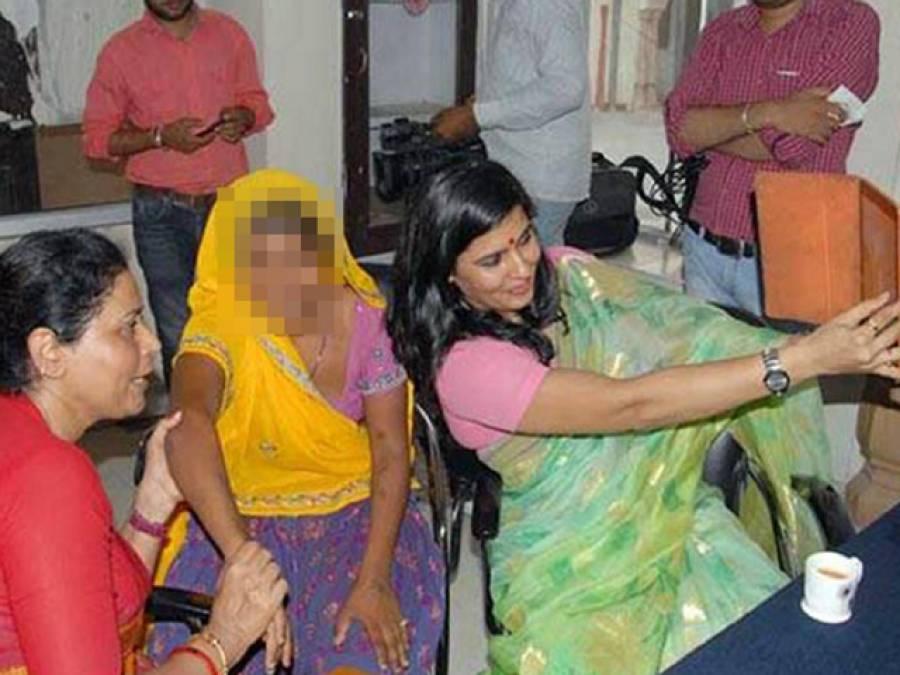 بھارت : زیادتی کا شکار خاتون کے ساتھ سیلفی لینے پر ویمن نیشنل کونسل کی اہلکار کو استعفیٰ دینا پڑ گیا