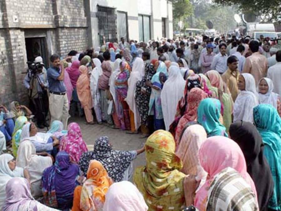 ملک بھر کے ریلوے ملازمین اور پنشنرز عید سے پہلے تنخواہوں اور پنشنز کیلئے خوار ہوگئے: بنکوں پر لمبی قطاریں