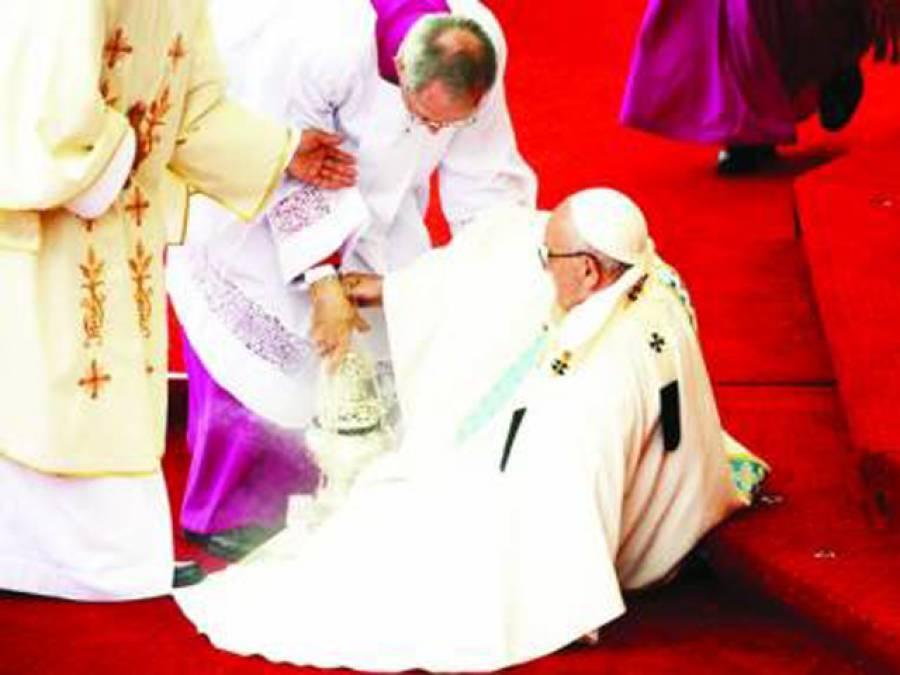 پولینڈ: تقریب کے دوران پوپ فرانسس سٹیج پر گر گئے