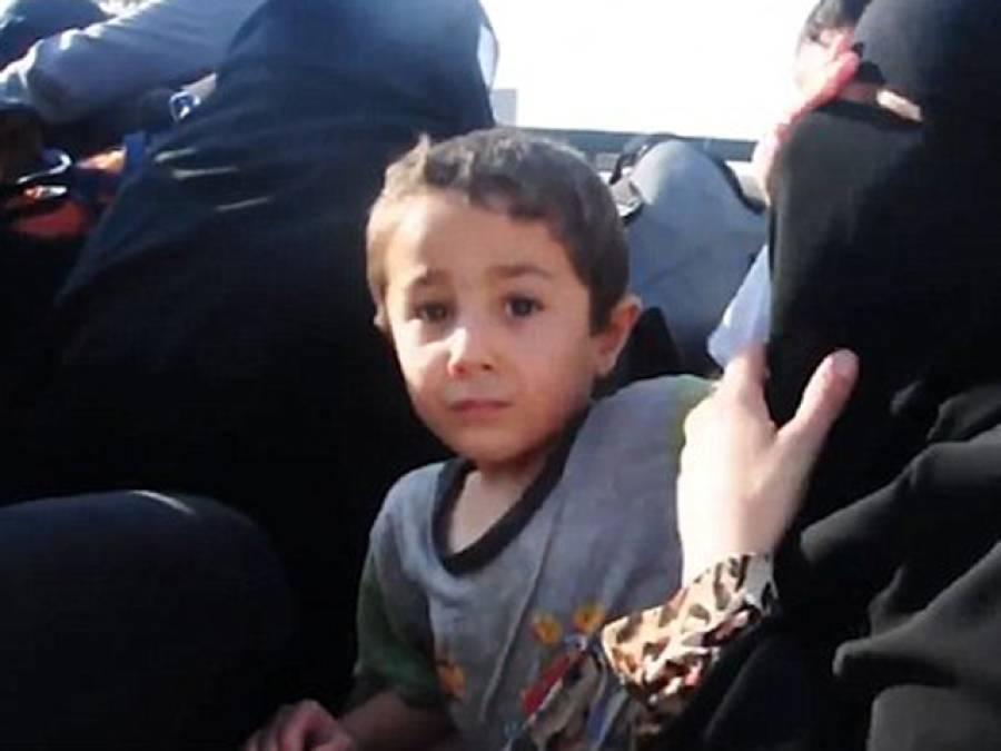 داعش کی قید سے رہائی پانے کے بعد خاتون نے اپنا برقعہ اتارنے کی کوشش کی تو اس کے چھوٹے سے بچے نے واپس اس کا چہرہ ڈھانپ دیا اور ساتھ ہی ایک بات ایسی کہہ دی کہ جان کر آپ کی آنکھیں بھی نم ہوجائیں گی