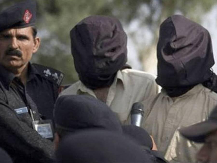 کوہاٹ میں پولیس کی کارروائی : گاڑی کے سلنڈر میں اسلحہ چھپا کر سمگل کرنیوالے 2ملزم گرفتار
