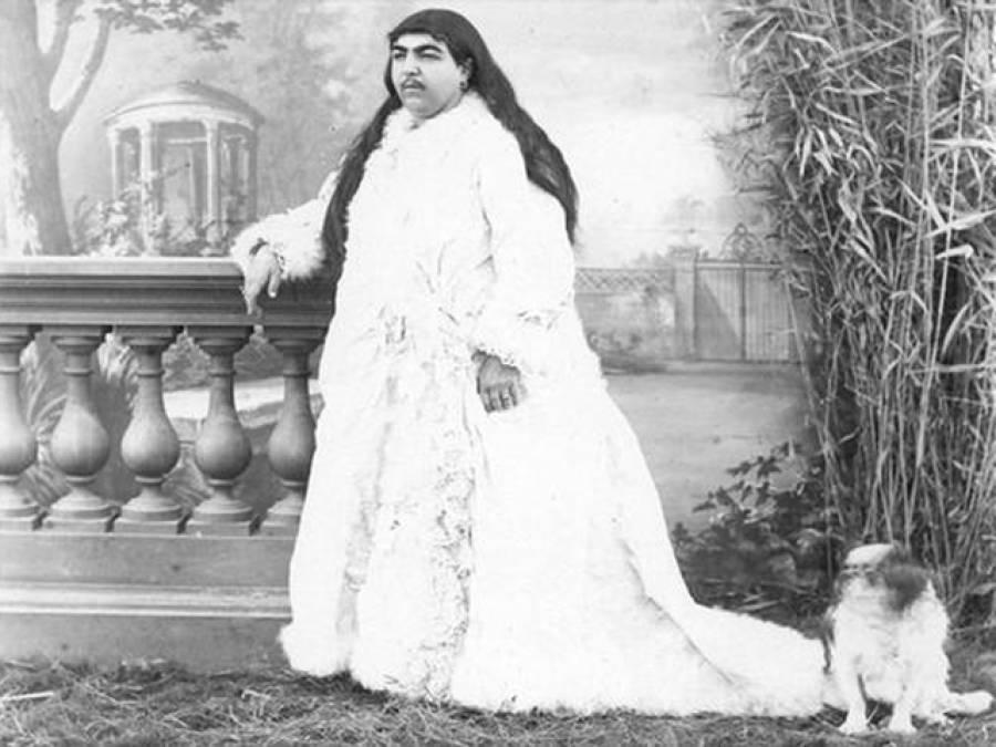 یہ کوئی مرد نہیں بلکہ ایک مشہور بادشاہ کی اہلیہ ہیں، ان کی کل کتنی بیگمات تھیں اور باقی کیسی دکھتی ہیں؟ دیکھ کر آپ کو اپنی آنکھوں پر یقین نہیں آئے گا