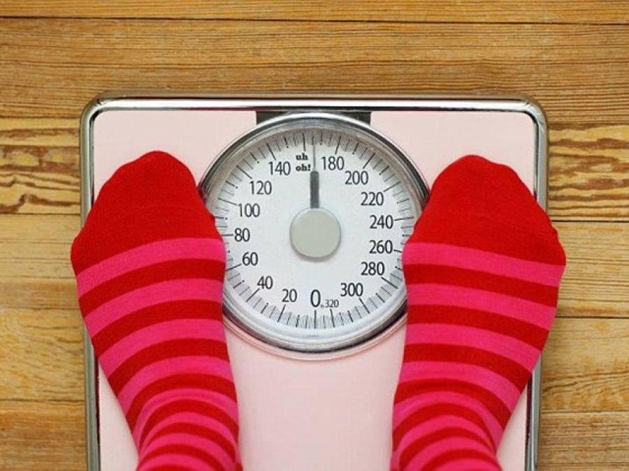 اگر جسم کی چربی پگھلانا چاہتے ہیں تو رات سونے سے پہلے یہ آسان سا کام کرلیں، سائنسدانوں نے ورزش اور کھانا کنٹرول کئے بغیر ہی وزن کم کرنے کا دلچسپ ترین طریقہ بتادیا