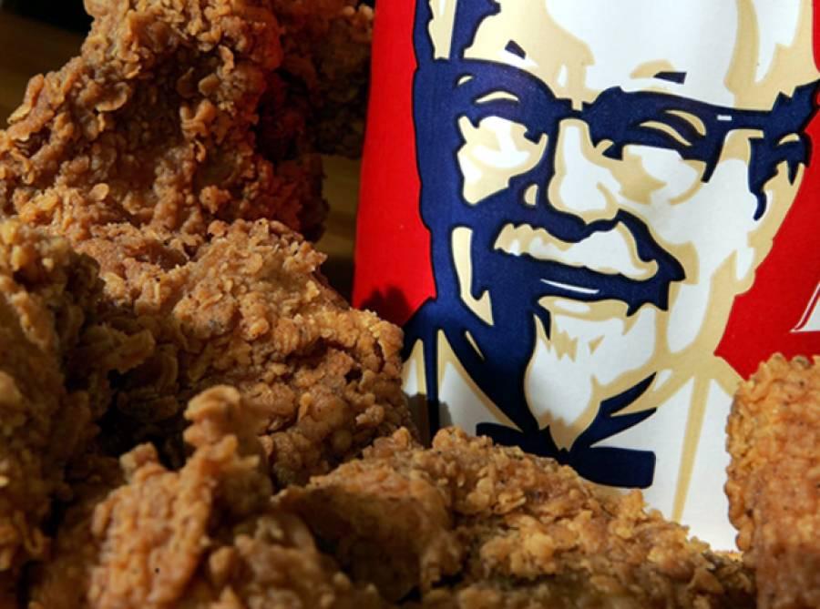 """""""اس میں مرغی کہاں ہے۔۔۔؟"""" کے ایف سی سے چکن خریدنے کے بعد خاتون نے کمپنی کے خلاف 2 ارب روپے کا مقدمہ دائر کر دیا کیونکہ۔۔۔"""