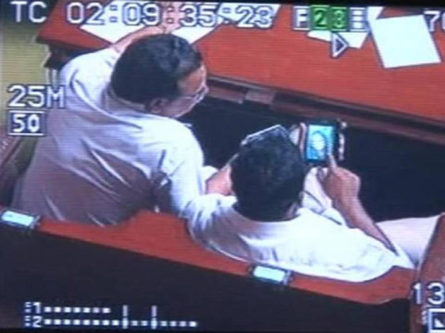 بھارتی ریاست کرناٹک کا وزیر تعلیم سرکاری تقریب میں اپنے سمارٹ فون پر ''فحش فلم'' دیکھتے ہوئے رنگے ہاتھوں پکڑا گیا ،شرمناک حرکت کی ویڈیو بن گئی