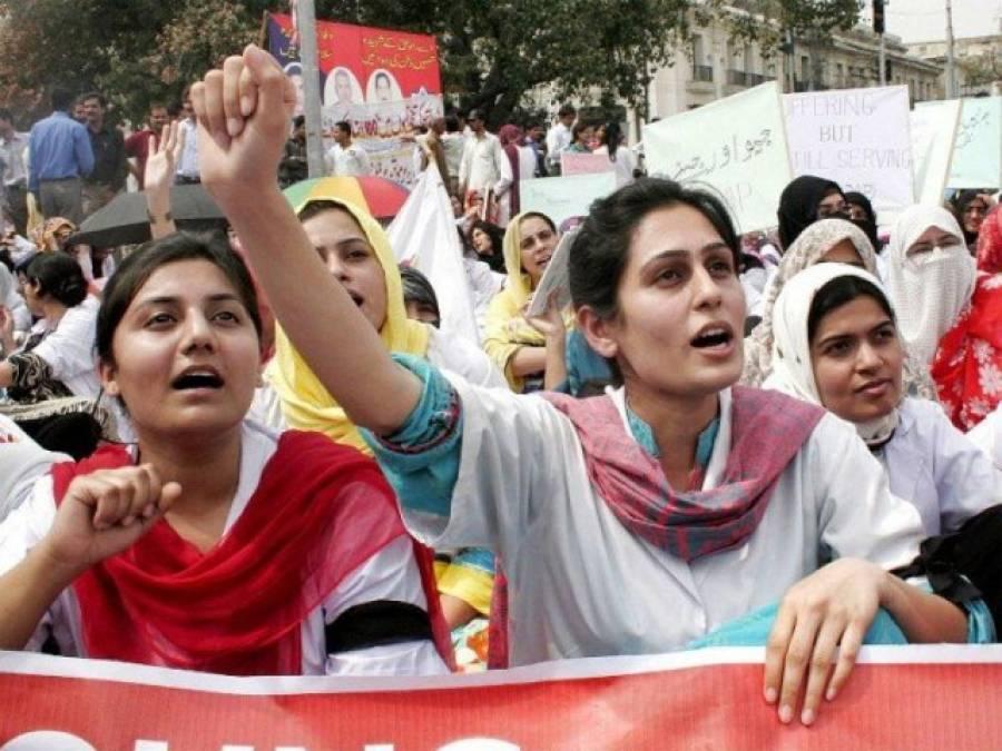 لاہور میں مال روڈ پر ینگ ڈاکٹرز کا احتجاج،مختلف تھانوں میں پانچ مقدمات درج