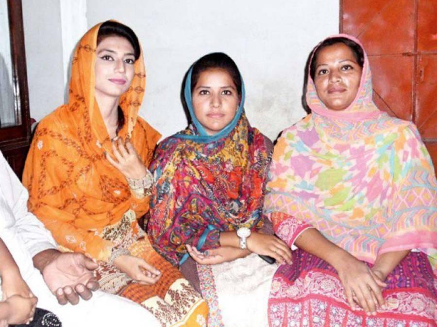 پاکستان کے چھوٹے سے گاﺅں سے تعلق رکھنے والی یہ بہنیں آج کہاں جا پہنچیں اور کیا کارنامہ سرانجام دے دیا؟ جان کر آپ کو بھی ملک کی ان بیٹیوں پر بے حد فخر ہوگا