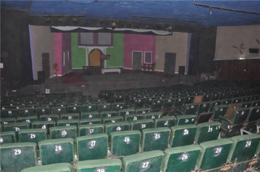 تھیٹر میں پروڈیوسر نے سٹیج ڈا نسر کو بد اخلا قی کا نشانہ بنا ڈا لا