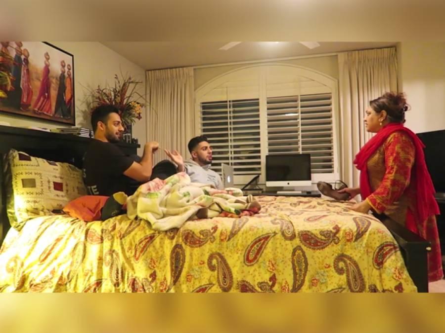 'اوئے یہ کیا ہے۔۔۔' پاکستانی بھائیوں کو والدہ نے ایک ساتھ انتہائی شرمناک کام کرتے پکڑلیا، پھر جوتا اتارا اور۔۔۔