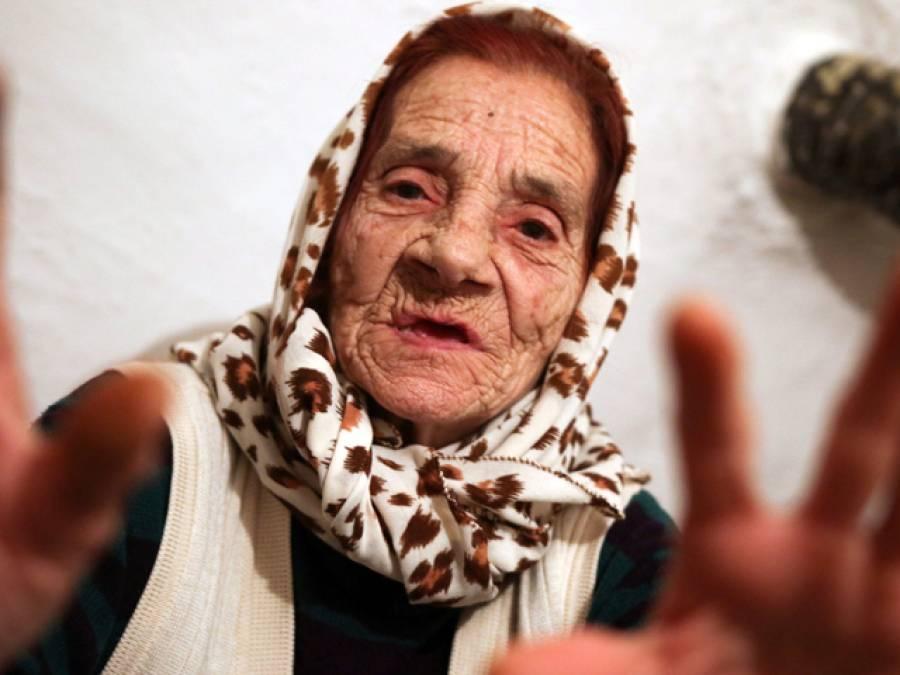 یہ بوڑھی خاتون جب بھی کسی کی آنکھیں چاٹتی ہے تو پھر کیا ہوتا ہے؟ ایسا حیرت انگیز انکشاف منظر عام پر کہ جان کر پوری دنیا دنگ رہ گئی