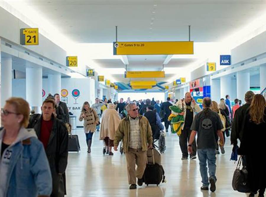 امریکی ائیرپورٹ پر ایک شخص نے مسلمان خاتون پر حملہ کر دیا، حملہ آور نے ایسا کیوں کیا اور خاتون سے کیا کہتا رہا؟ جان کر آپ کو بھی شدید غصہ آ جائے گا