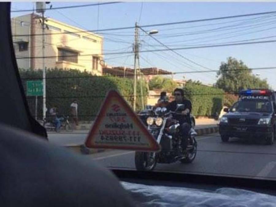 فیصل ووڈا نے پروٹوکول کی تمام حدیں توڑ دی ،اپنی موٹر سائیکل پر شہر کے راﺅنڈ پر نکلے تو پروٹوکول پیچھے پیچھے چلتا رہا