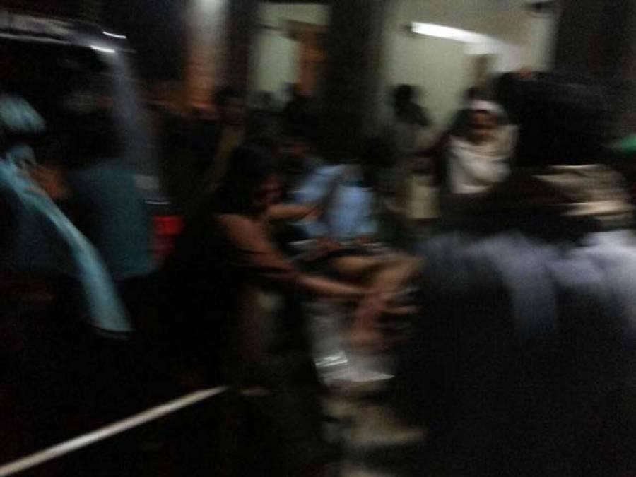 درگاہ پر سکیورٹی کے لیے صرف 2پولیس اہلکار تعینات تھے،لاشیں اور زخمی بکھرے پڑے ہیں،اٹھانے میں مشکلات درپیش ہیں:سجادہ نشین مہدی شاہ