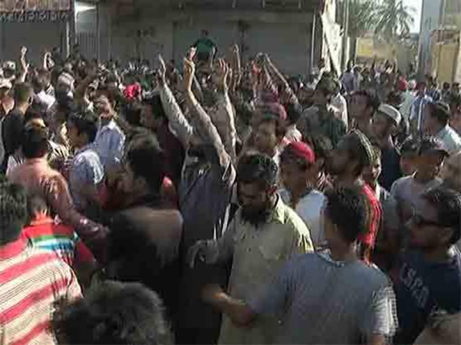 اورنگی ٹاﺅن میں ڈکیتی کی وارداتوں کے خلاف احتجاج، پولیس کا بے دریغ طاقت کا استعمال، کئی لوگوں کو گھروں کے دروازے توڑ کر گرفتار کرلیا
