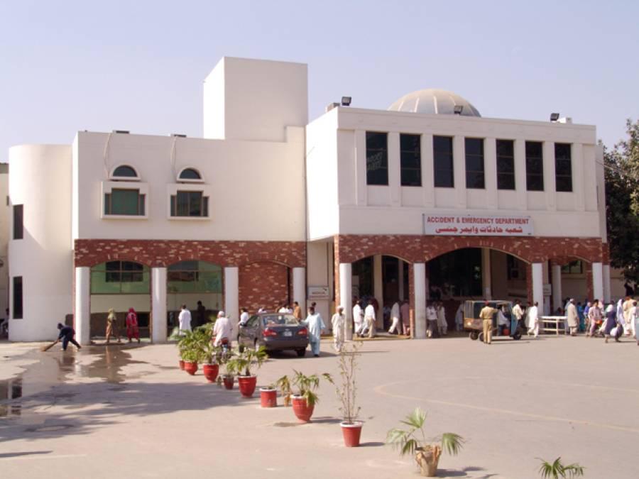 سروسز ہسپتال لاہور میں پولیس اور ڈاکٹروں میں جھگڑا، ایمرجنسی احتجاجاََ بند،مریض خوار