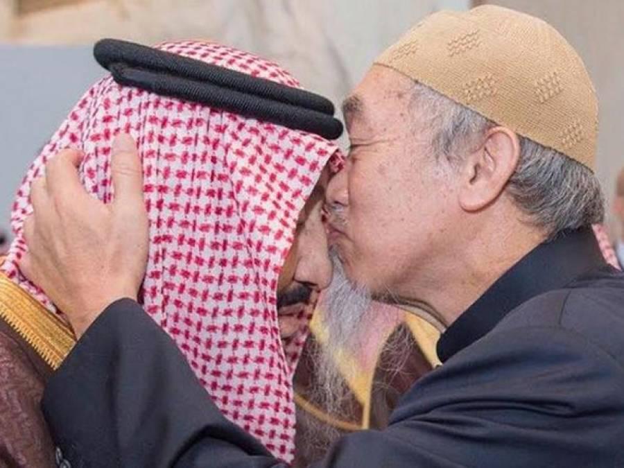 اس تصویر میں سعودی بادشاہ کو بوسہ دینے والا شخص کون ہے؟ حقیقت جان کر آپ کے دل میں شاہ سلمان کی عزت بڑھ جائے گی