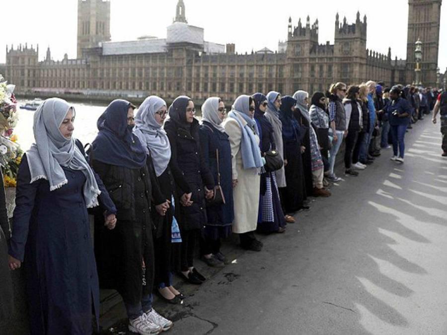 لندن حملہ،مسلم خواتین کا حجاب پہنے ہلاک افراد کی یاد میں اظہار یکجہتی