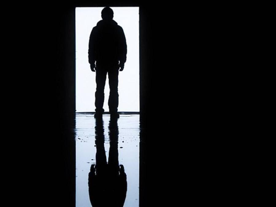 'گھر کے دروازے پر رات گئے دستک ہوئی تو خوف کے مارے باہر جانے کی بجائے پولیس کو فون کر ڈالا، باہر دراصل کون تھا؟ پولیس والوں نے آکر ایسی بات کہی کہ واقعی زندگی کا سب سے زوردار جھٹکا لگ گیا کیونکہ۔۔۔'