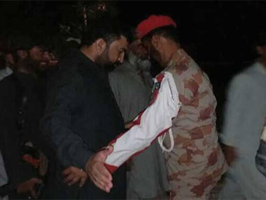 ایف سی اہلکار نے وزیر داخلہ بلوچستان سرفراز بگٹی کی تلاشی لیکر مثال قائم کر دی