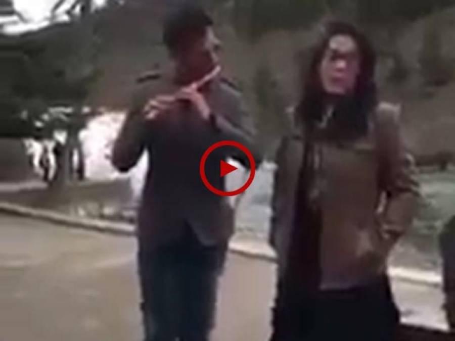 لڑکی نے پبلک پلیس پر اپنی سریلی آواز میں ایسا گانا گایاکہ جسے سننے کے لیے سب لوگ اکھٹے ہو گئے اور داد دیے بغیر نہ رہ سکے۔ ویڈیو: عاطف اعجاز۔ لاہور