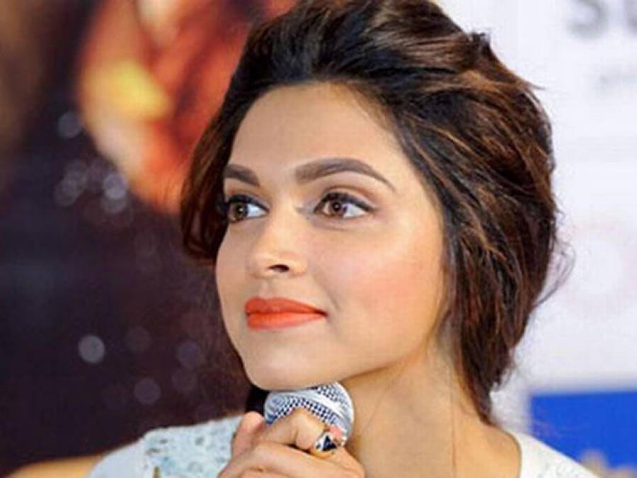 """""""یہ لباس میں نے آپ کیلئے نہیں بلکہ اپنے لیے پہنا ہے""""، بھارتی اداکارہ دیپیکا نے صحافی کو کھری کھری سنا دیں"""