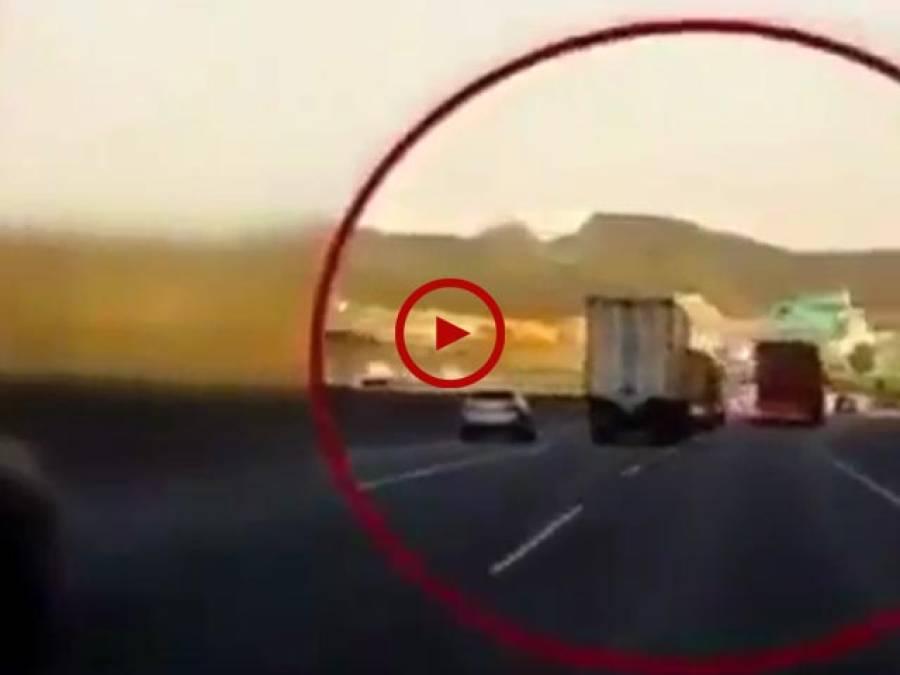 بہت خطرناک حادثہ ہونے سے بچ گیا۔ یا پھر یہ ٹرک والا جان بوجھ کر ایسا کر رہا ہے۔ ویڈیو دیکھ کر فیصلہ کریں۔ ویڈیو:حسن فاروق۔ لاہور
