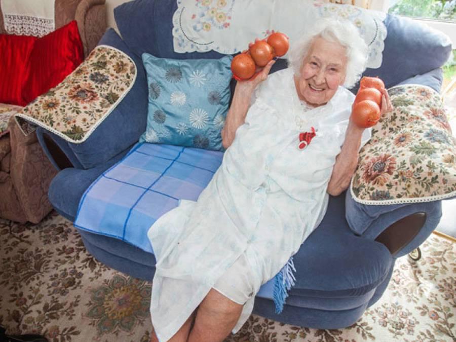 'میری عمر 109 سال ہے لیکن صحت جوانوں جیسی ہے کیونکہ میں کھانا کھاتے وقت پیازوں کو۔۔۔' معمر ترین خاتون نے اپنی صحت کا ایسا راز بتادیا کہ جان کر آپ بھی اسے اپنی عادت بنالیں گے