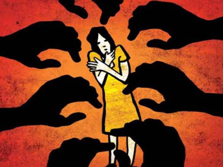 بھارتی ریاست اترپردیش میں 8افراد نے شوہر کے سامنے خاتون کو جنسی زیادتی کا نشانہ بنا ڈالا
