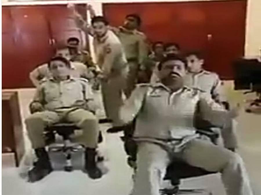 پاک فوج کے جوانوں مزاحیہ ویڈیو بنا کر اہم پیغام دے دیا ،گولیو اور گولوں کی گہن گرج میں گھرے جوانوں کو ہنستا کھیلتا دیکھ کر سوشل میڈ یا صارفین نے بھی خوب دا دی