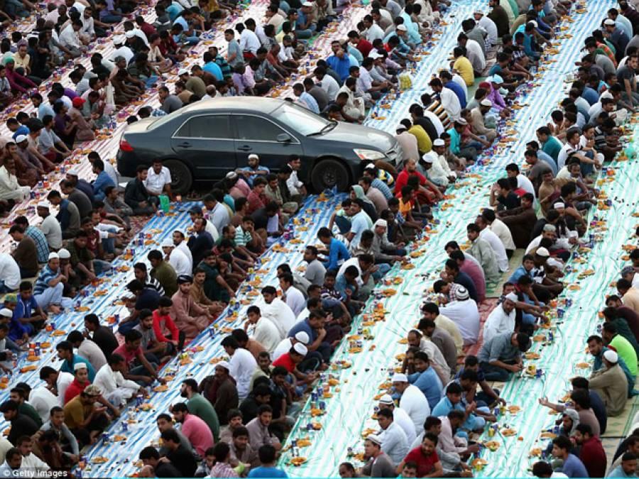 دبئی میں افطاری کرتے ان مسلمانوں کے عین درمیان یہ گاڑی کیوں کھڑی ہے ؟ وجہ جان کر آپ کی بھی ہنسی نہیں رکے گی