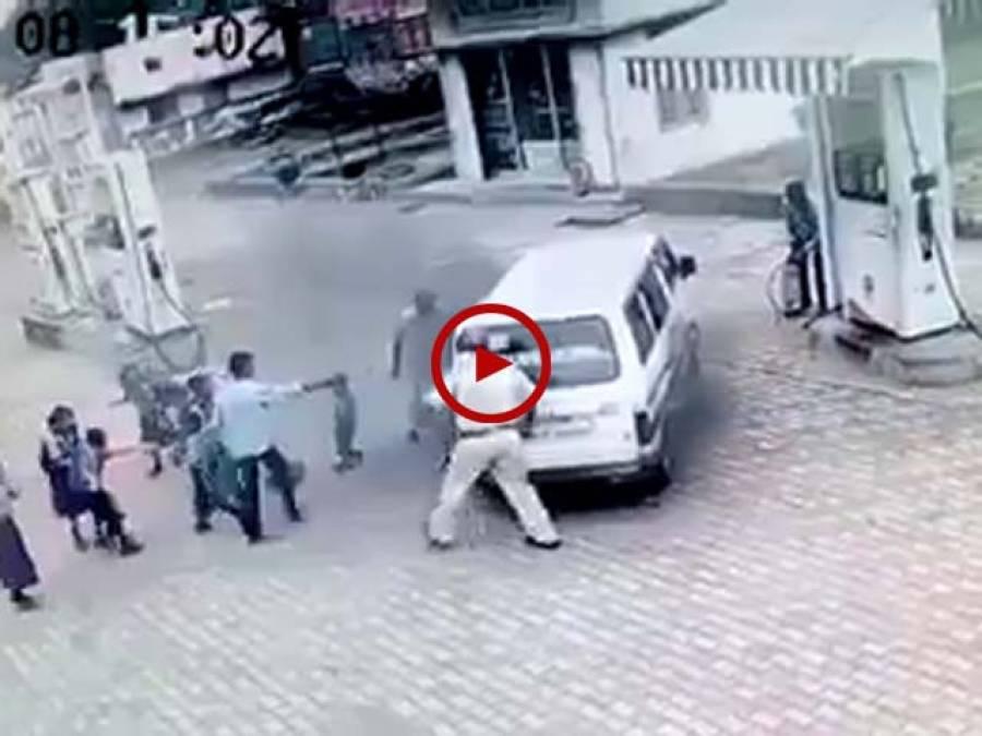 پیٹرول پمپ پر کھڑی اسکول وین میں اچانک آگ بھڑک اٹھی ڈرائیور نے جان پر کھیل کر بچوں کی جان بچا لی۔ ویڈیو: سہیل بٹ۔ لاہور