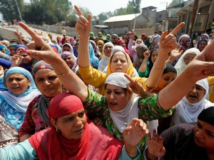 بھارتی فورسز کے ہاتھوں گرفتار نوجوانوں کی رہائی کے حق میں کشمیری خواتین کا مظاہرہ