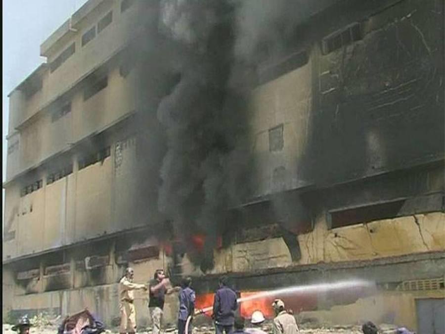 کراچی میں پلاسٹک دانہ بنانے والی فیکٹری میں آگ لگنے سے عمارت کا ایک حصہ منہدم