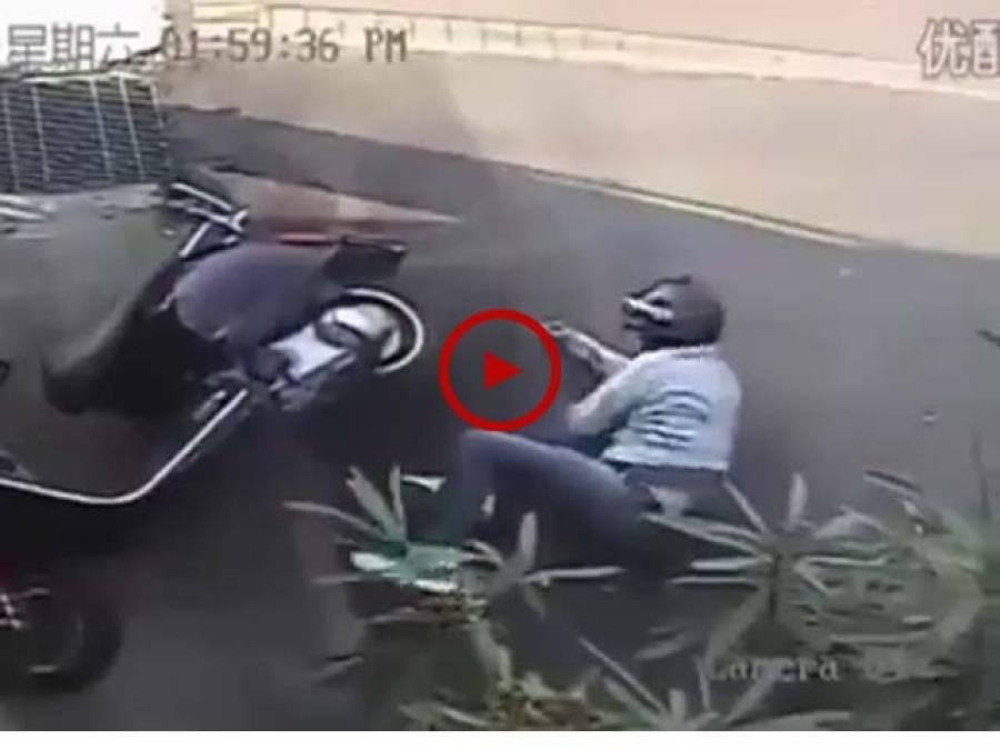 ویڈیو میں دیکھیں ان صاحب کو سر پر پہنے ہیلمٹ نے کس طرح اس خطرناک حادثے میں بچا لیا۔ ویڈیو: عباس علی۔ لاہور