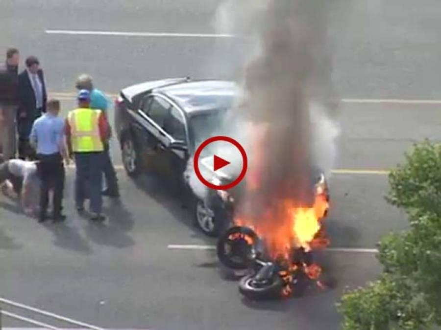موٹرسائیکل اور گاڑی میں تصادم کے بعدآگ لگ گئی۔ لوگوں نے اپنی جان پر کھیل کرموٹرسائیکل سوار کو جلتی گاڑی کے نیچے سے نکال لیا۔ویڈیو: حیدر سندھو۔ ساہیوال
