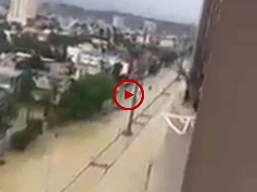 کراچی کے درجنوں علاقوں میں سیلابی صورتحال۔ پانی کے انخلاء کے راستے بند۔ شہریوں کا بڑے پیمانے پر مالی نقصان۔ ویڈیو: فیصل علی۔ کراچی