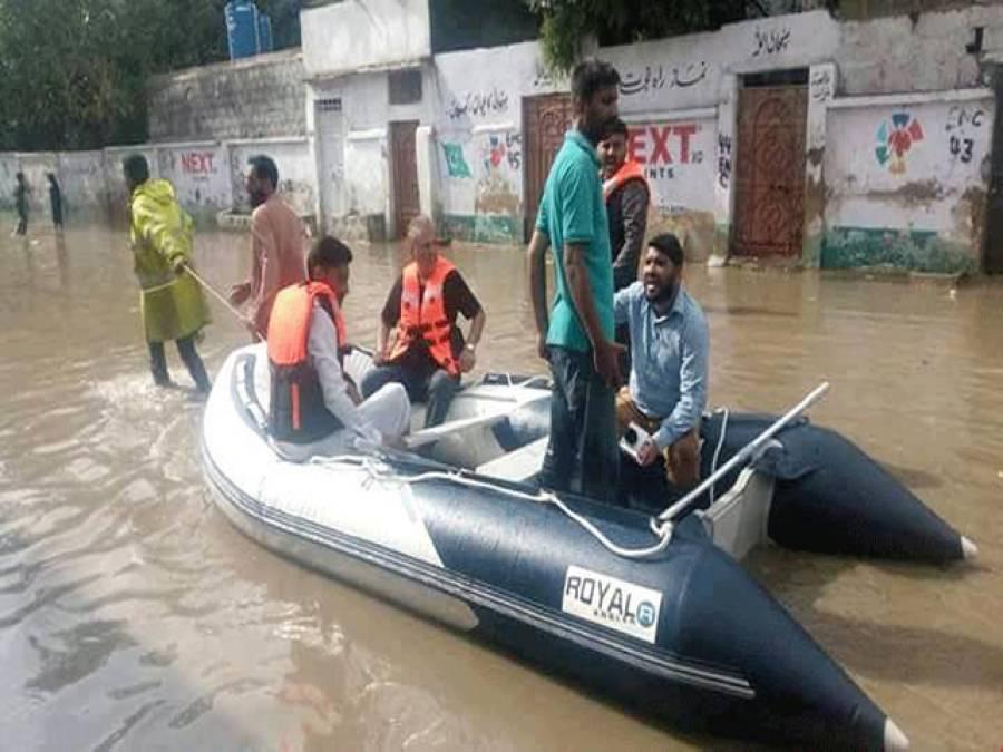 عارف علوی کی کراچی کے پانی میں تصویر ، زبید ہ آپا پی ٹی آئی رہنماء پر برہم ہوگئیں