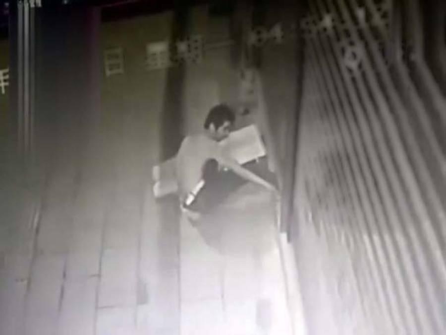 چین میں سیکیورٹی گیٹ نے چور کی ٹانگ پکڑ لی، واردات کی ویڈیو سامنے آگئی