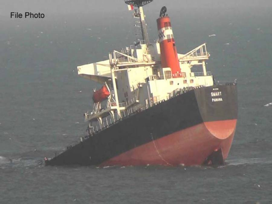 سنگاپور کے سمندر میں ٹینکر سے تصادم، بحری جہاز ڈوب گیا ، 5افراد لاپتہ