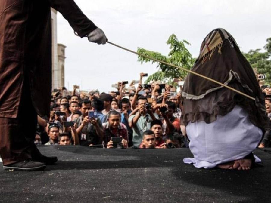 انڈونیشیا میں خاتون کو 100 کوڑوں کی سزا، ہسپتال لے جانا پڑگیا، کیا کیا تھا؟ کسی مَرد سے تعلقات قائم نہیں کئے بلکہ۔۔۔ وجہ ایسی کہ کوئی تصور بھی نہیں کرسکتا