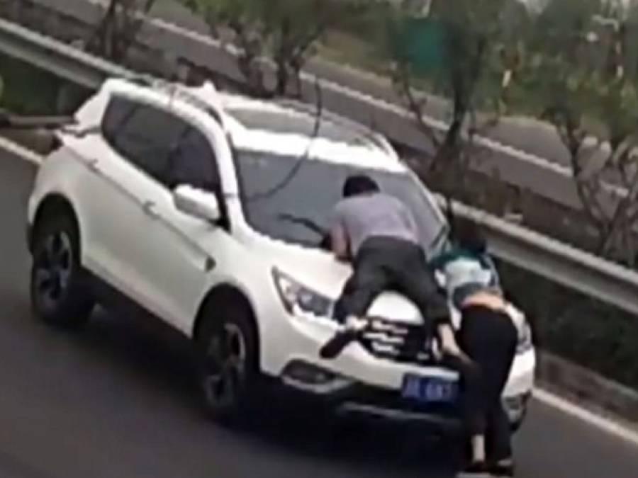 اس ڈرائیور کی ان لڑکا لڑکی سے کیا دشمنی ہے کہ انہیں اس طرح لٹکا کر گاڑی چلارہا ہے، جواب ایسا کہ کوئی سوچ بھی نہ سکتا تھا