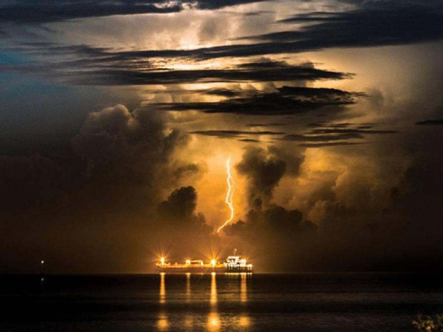'آج کل آسمانی بجلی گرنے کے واقعات میں بہت اضافہ ہوگیا ہے کیونکہ سمندر میں بحری جہاز۔۔۔' سائنسدانوں نے ایسی وجہ بتادی جو کوئی شخص تصور بھی نہ کرسکتا تھا